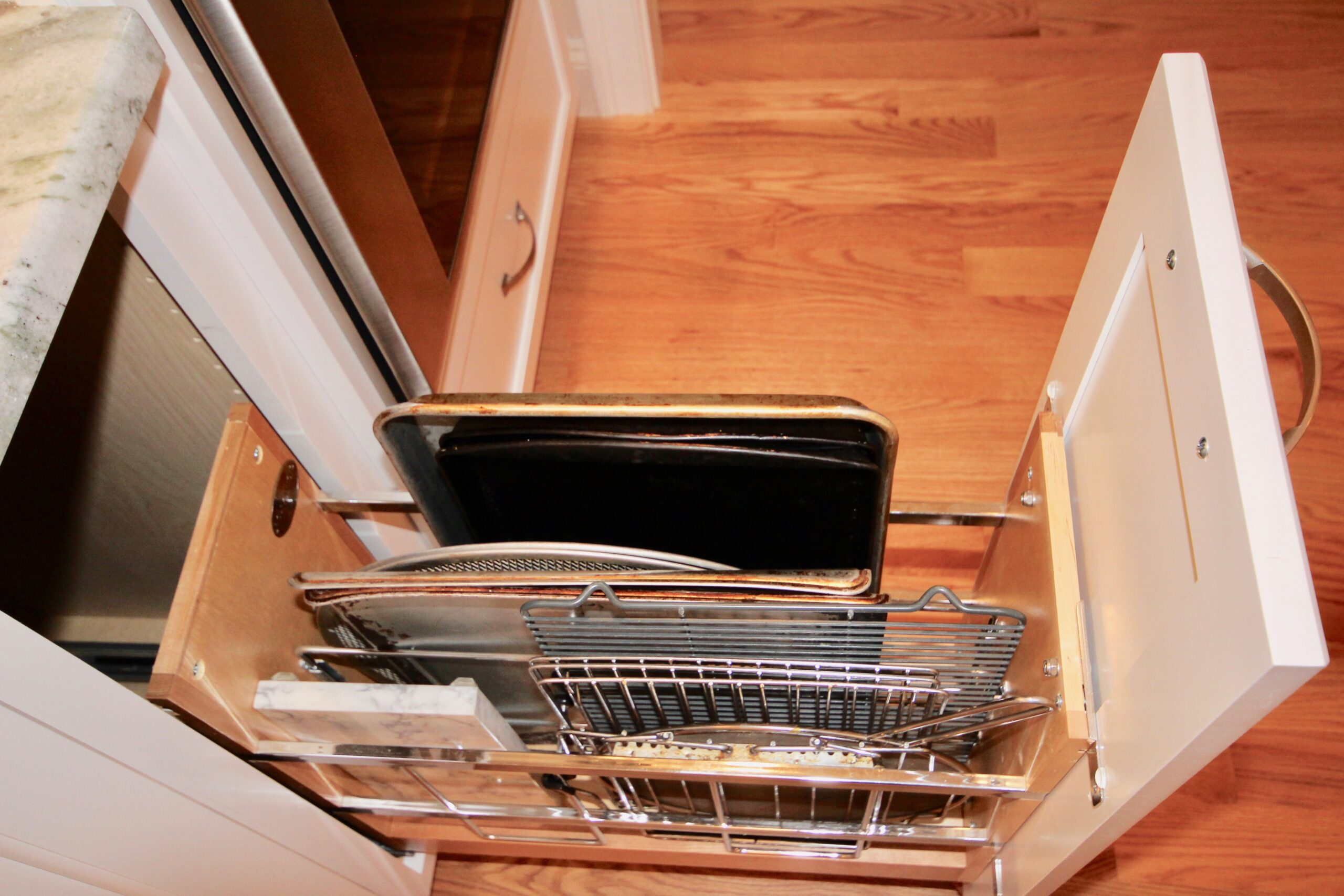PULLOUT TRAY DIVIDER